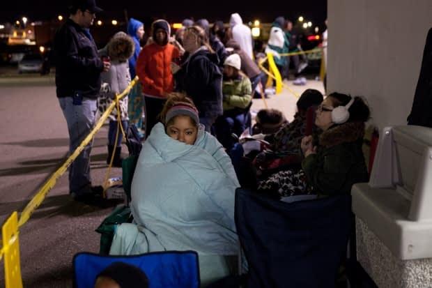 Pessoas dormem nas filas durante a Black Friday