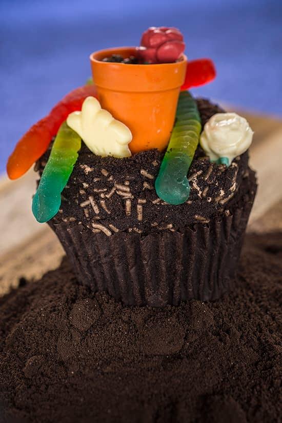 Cupcake Worms & Dirt, coberto com um vaso de flores e gomas em forma de minhoca
